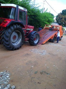 Trecker-Verladung in Manjai - Loading of the tractor in Manjai